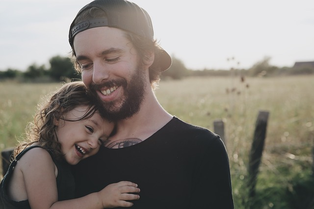 šťastná dcera u otce