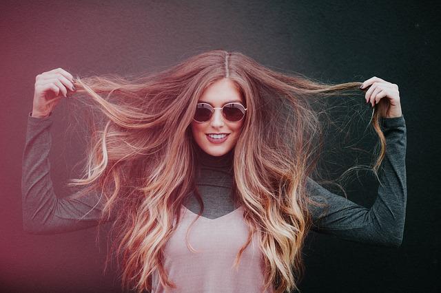 žena s dlouhými vlasy