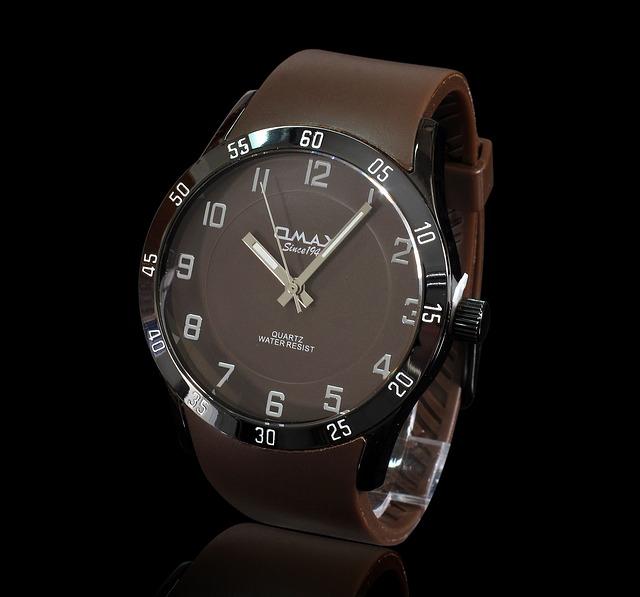 hodinky s hnědým páskem a černým ciferníkem