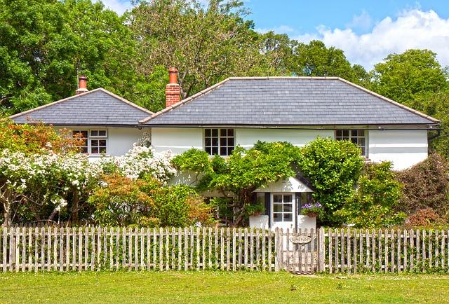 Dům a dřevěný plot