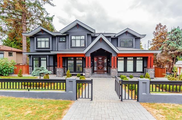 Dům a kovový plot